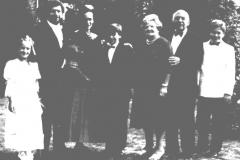 Photo de famille. De gauche à droite : Louise (la fille d'Alan), Alan, Ann, Daniel, Fay (la mère d'Alan), Nathan (le père d'Alan), Simon (le fils d'Alan).